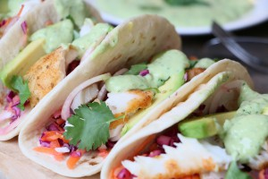 Vis taco met rainbow slaw and avocado-yoghurtsaus
