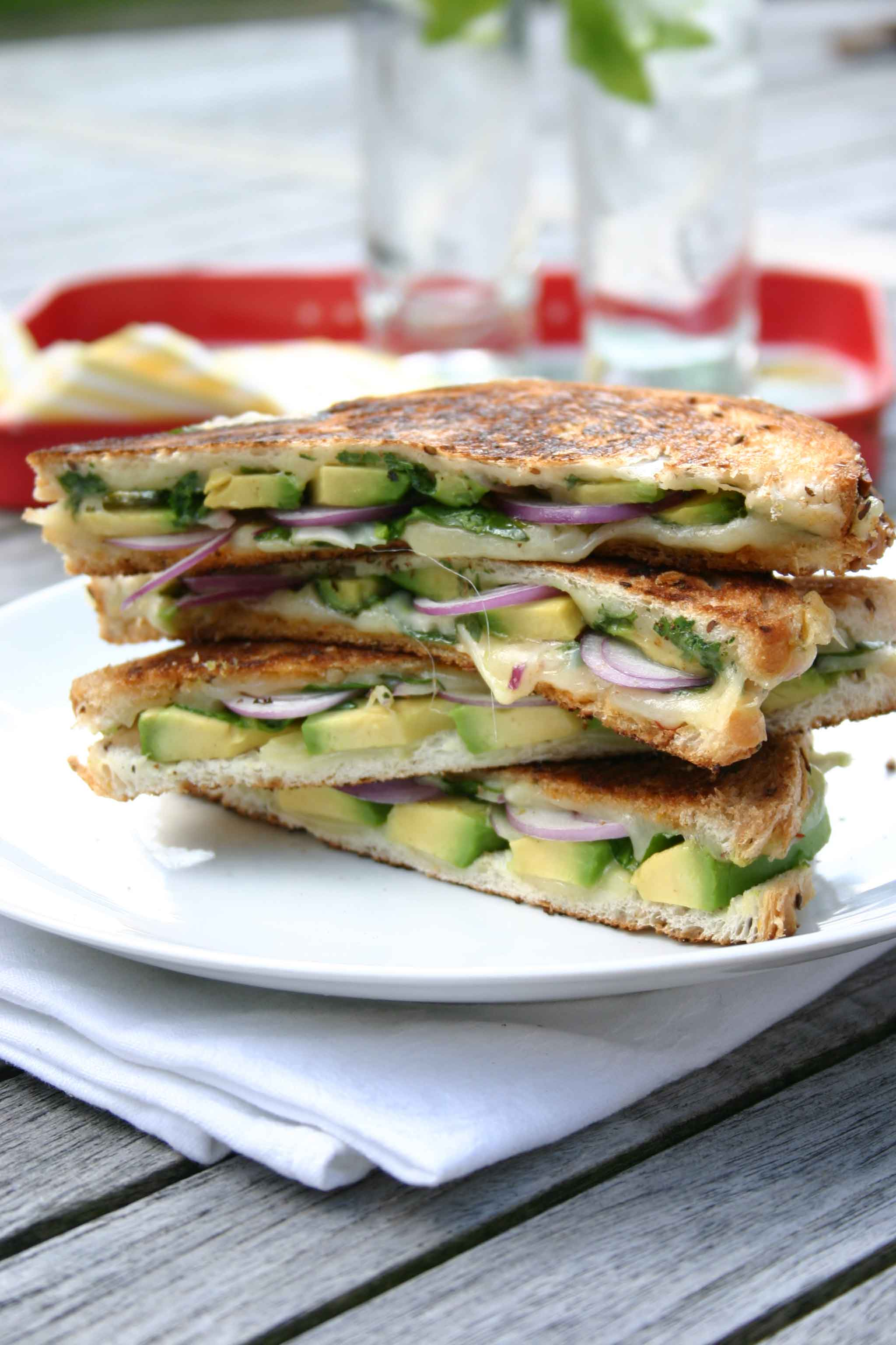 Grilled cheese sandwich met avocado